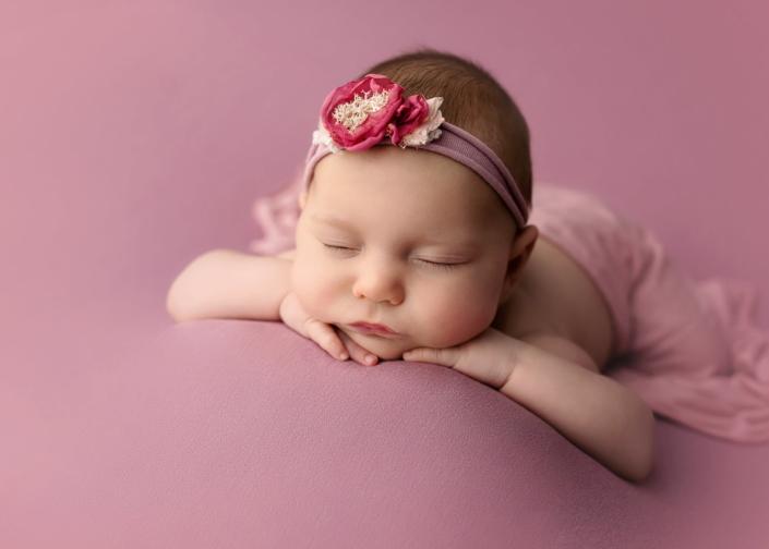 bebé en manta rosa con diadema