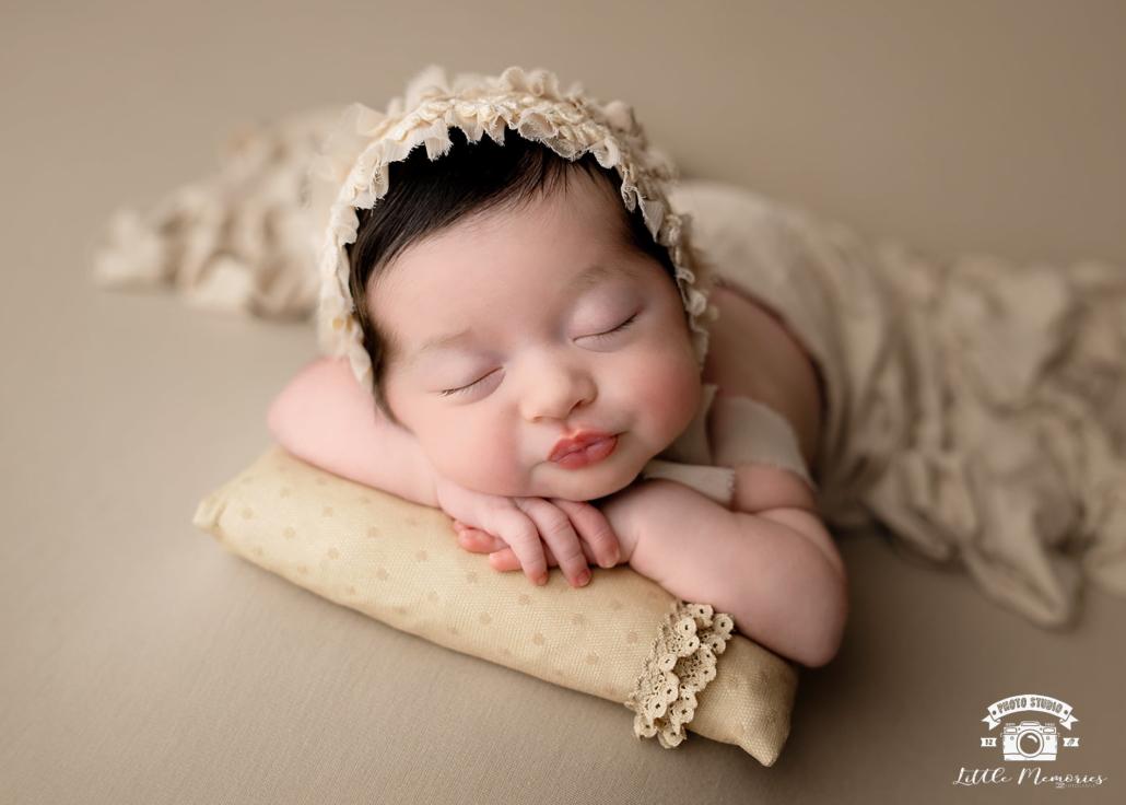 bebé tumbado en manta marrón