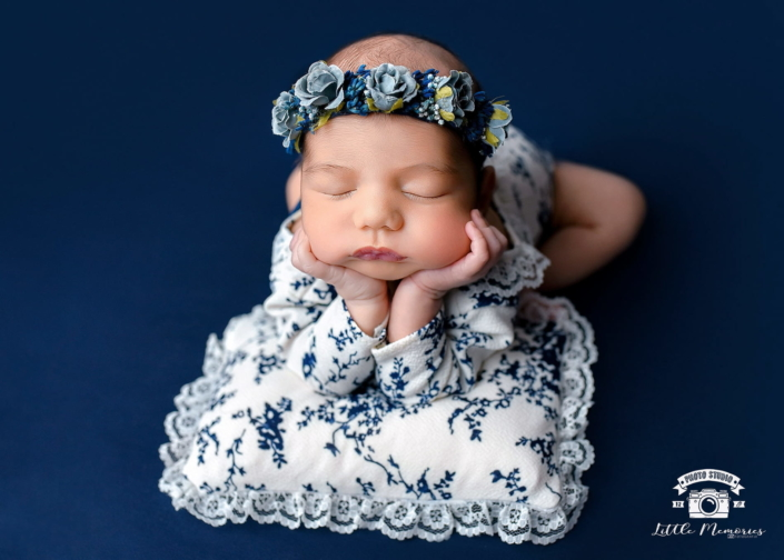 bebé con diadema de flores