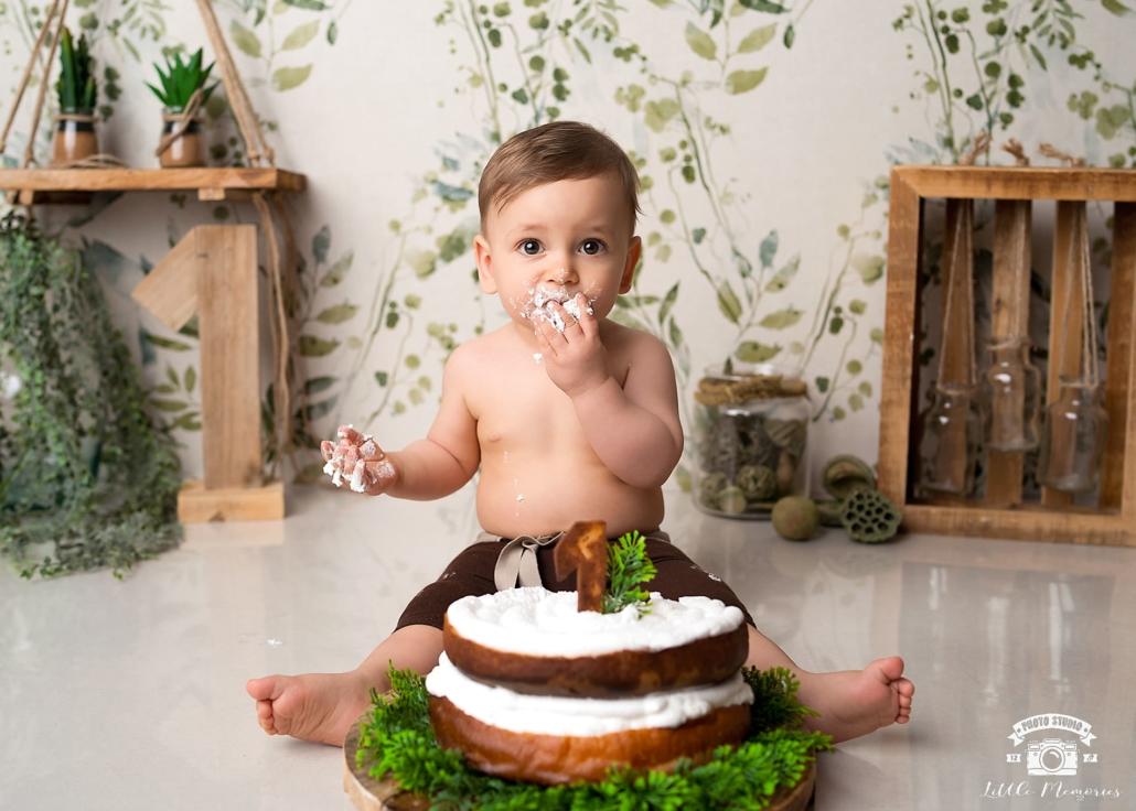 fiesta cumpleaños niño comiendo tarta