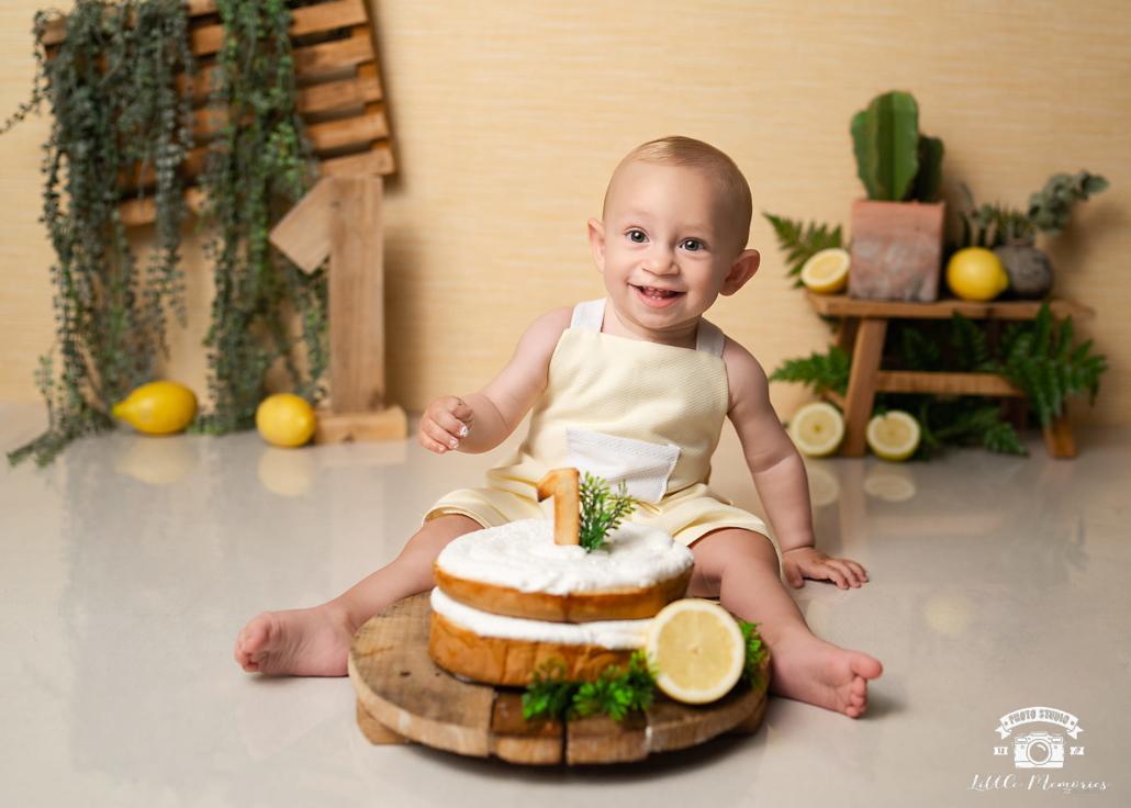 niño con tarta y limones