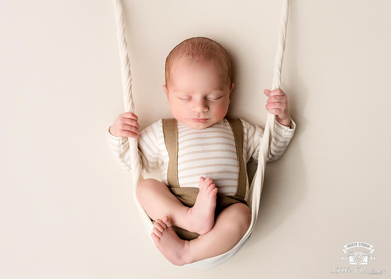 bebé en columpio
