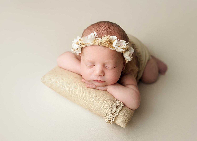 recién nacido vestida de beige